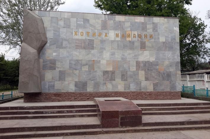 images-articles-v-uzbekistane-snesli-eshche-dva-pamyatnika-soldatam-6-710x472.jpg